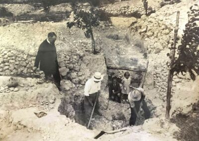 Progress Villa dig in 1920s (note children in trench, which would be frowned upon today!)